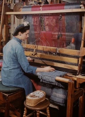 Master weaver Dorothy Liebes at her loom (1947). Photo: Charles E. Steinheimer