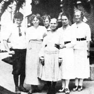 Anna Valentien with her students (1916). Valentien stands between Donal Hord (left) and Dorr Bothwell (right).